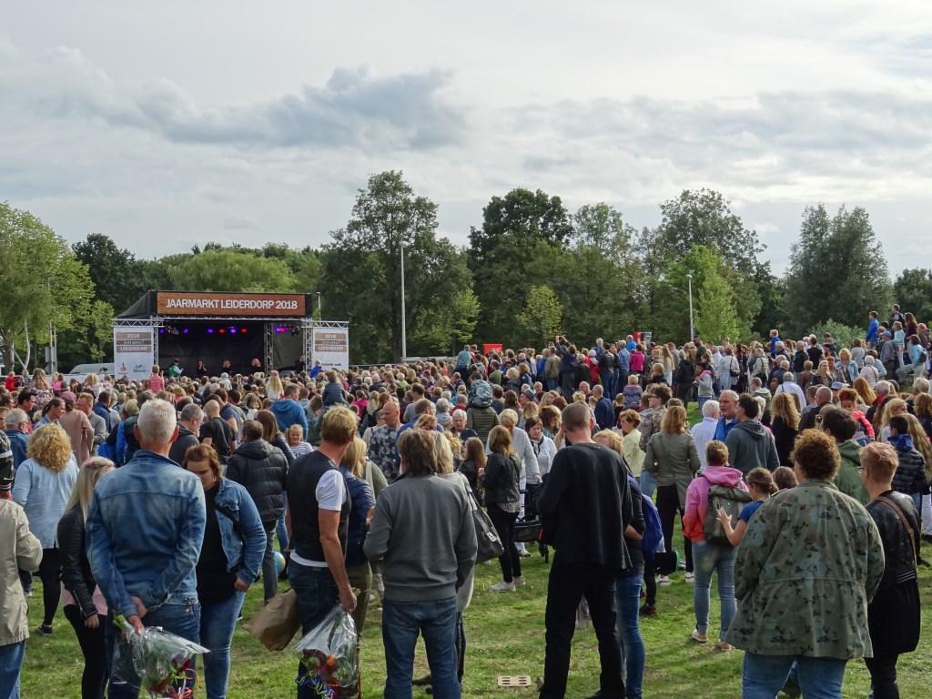 Drukte tijdens het optreden van O'G3NE Foto: Corrie van der Laan © uitgeverij Verhagen