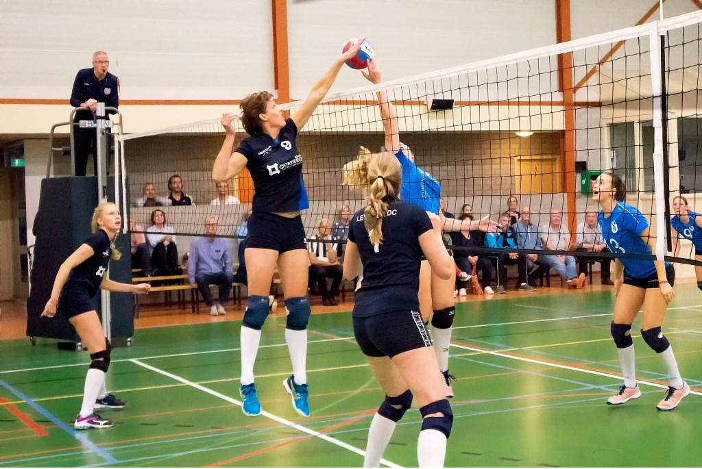 Bianca Hoogervorst tikt de bal over het net, Claudia Parker Verboom en Marije Leusden kijken toe.  Foto: Johan Kranenburg © uitgeverij Verhagen