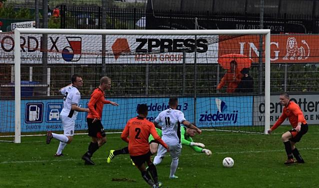 Jaap van Duijn (11) stuit op doelman Mike van de Wijngaart. | Foto: PR