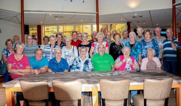 De Troeftrekkers nemen tijdens de klaverjasavond van dinsdag 11 september even tijd voor een jubileumfoto.