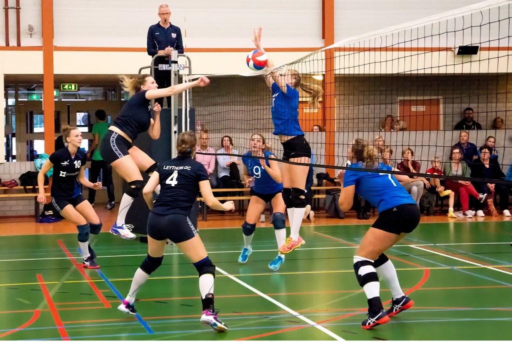 Dianne van der Eijk valt aan, met links naast haar Anna van der Eijk en rechts Wendy Verweij. Foto: Johan Kranenburg © uitgeverij Verhagen