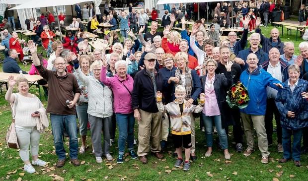 Een deel van de vrijwilligers die zaterdag door de gemeente in het zonnetje werden gezet. Met vooraan (4e van rechts) burgemeester Laila Driessen.