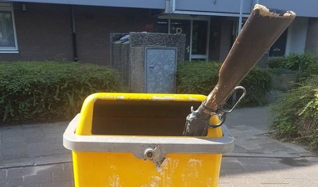 Het wapen in de prullenbak bleek een klappertjespistool. | Foto Politie Leiden Noord - Facebook