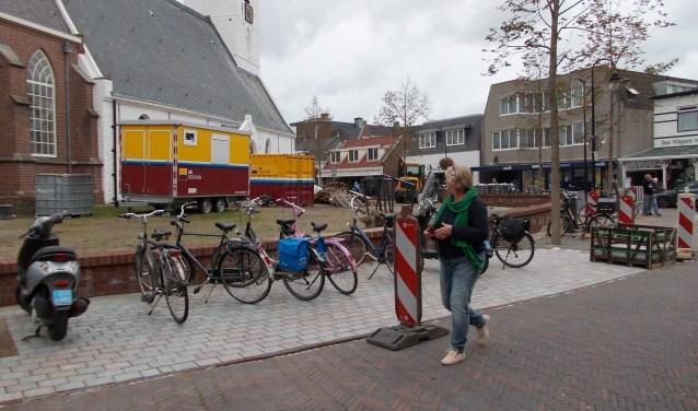 Het hof rondom de Witte Kerk is momenteel parkeerplaats voor stratenmakers materiaal. Foto: Piet de Boer)