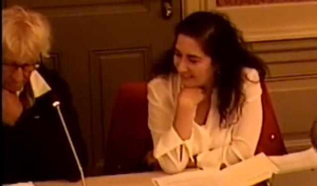 Henk Heemskerk (links) spreekt in. Wethouder Sahin kijkt toe. | Beeld Commissie Ruimte