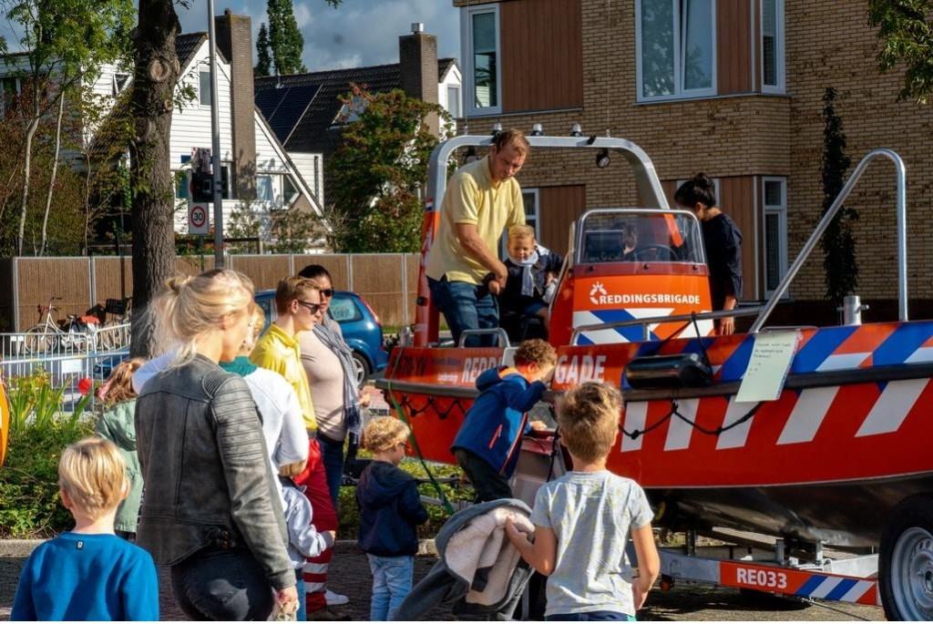 Puur feest: zitten in een echte reddingsboot.  Foto: Johan Kranenburg © uitgeverij Verhagen