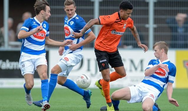 Damiano Schet probeert langs de Spakenburgse linie te komen. | Foto: OrangePictures
