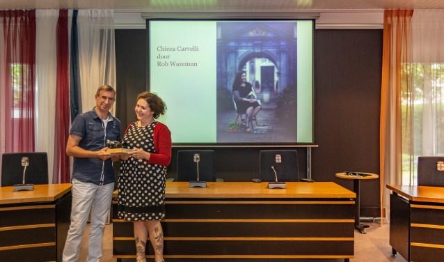 Winnaar Rob Wareman en model Chicca Carvelli houden trots de wisselprijs vast. | Foto Wil van Elk