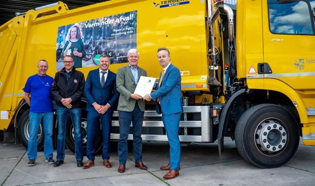Directeur Matthijs Verhaar van Profile International overhandigt het certificaat aan wethouder Willem Joosten (geheel rechts). | Foto: J.P. Kranenburg