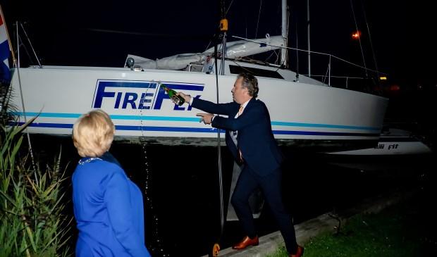 Onder toeziend oog van burgemeester Laila  Driessen doopt sportwethouder Willem Joosten de Fire Fly met champagne.