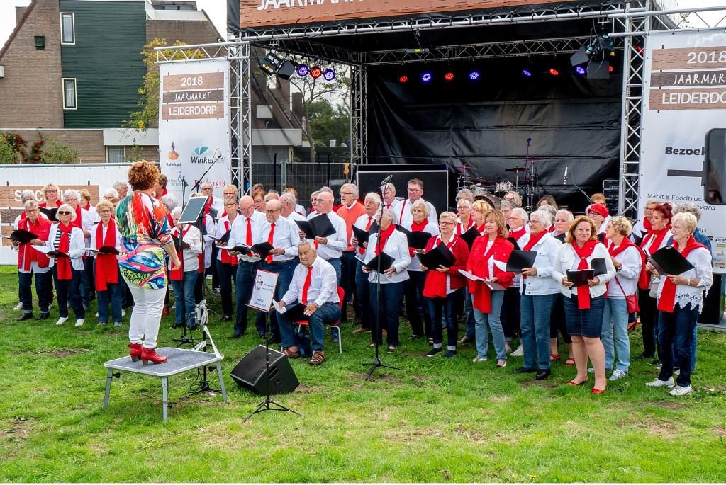 Seniorenkoor Young@Heart onder leiding van Annemiek de Groot bijt het spits af bij de optredens.  Foto: Johan Kranenburg © uitgeverij Verhagen