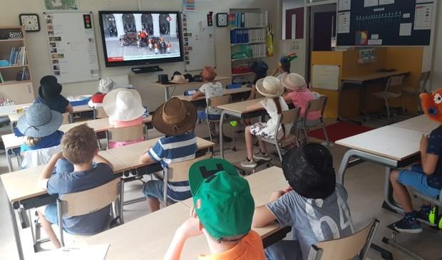De leerlingen van groep 5/6 van de Leiderdorpse Gomarusschool keken vandaag in de klas naar de live uitzending van Prinsjesdag... mèt hoed op.