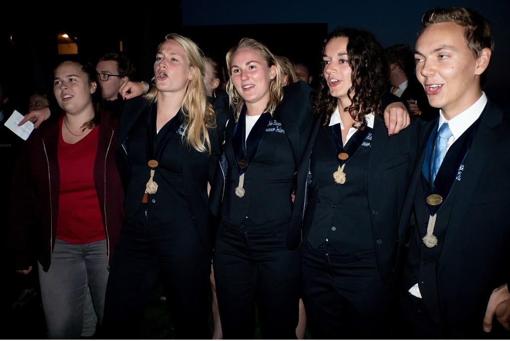 Bestuursleden van de Blauwe Schuit zingen het clublied. Foto: Johan Kranenburg © uitgeverij Verhagen