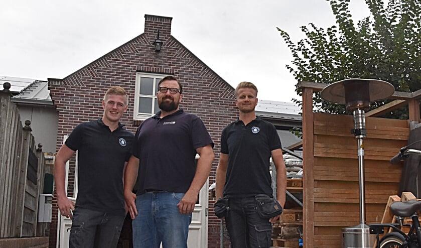 Veel kennis en kunde bij Van Schooten bouwmaterialen, v.l.n.r. Lars van der Zwet, Peter van Schooten en Stef Marijt.   Foto: Piet van Kampen