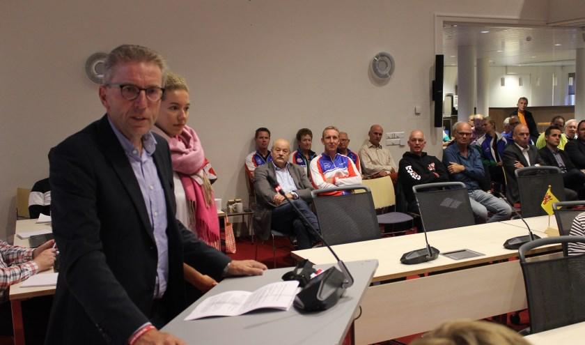 De voorzitter van de Warmondse ijsclub, Frans Biemond, spreekt de commissie toe. Naast hem Nederlands schaatskampioen, de Warmondse Lisa van der Geest.   Foto: NK