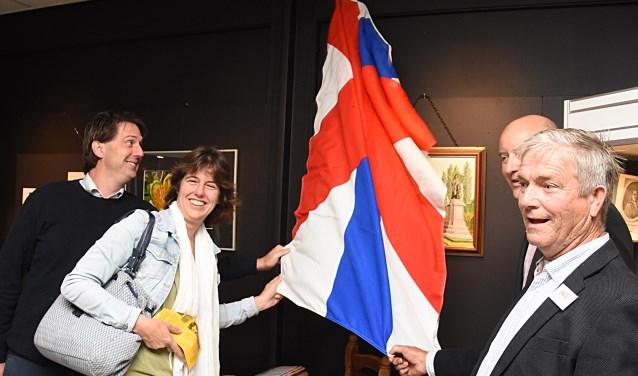 De HKV vereniging wist twee nazaten van Herman Boerhaave te traceren om een schilderij van de Voorhoutse kunstenaar Jan Floor te onthullen.   Foto: PvK