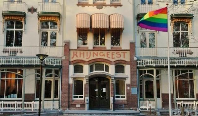 Voor het Oegstgeester gemeentehuis wappert de regenboogvlag.