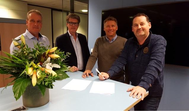 Marcel van Schaik (bestuurslid, links) en voorzitter Willem Heemskerk met daarnaast het ontwerpteam Jack van der Ende en Eric Pannenborg (r).