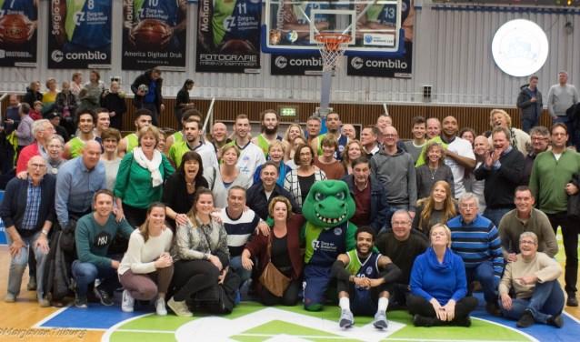 Leden van de Club van 50 van Fiks met het succesvolle team van ZZ Leiden. | Foto Marja van Tilburg