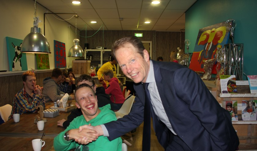 Een hand ván en op de foto mét de burgemeester is natuurlijk heel bijzonder.   Foto: Annemiek Cornelissen