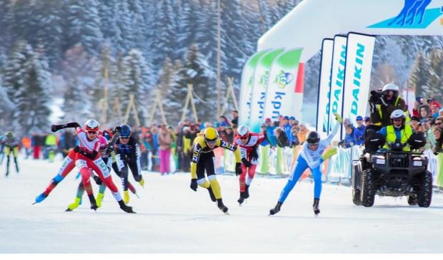 Iris van der Stelt, Kelly Schouten en Carla Ketellapper-Zielman sprinten voor de overwinning.