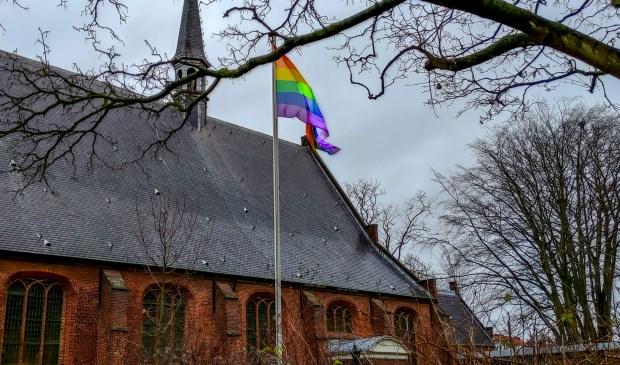 Sinds eind vorige week wapperen er regenboogvlaggen bij de Dorpskerk (foto) en de Scheppingskerk.