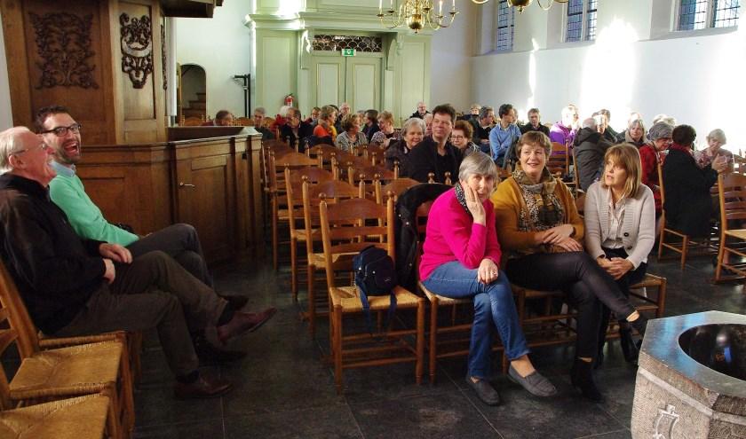 Gezelligheid in de Groene Kerk tijdens het luiden van de klokken. | Foto's Willemien Timmers