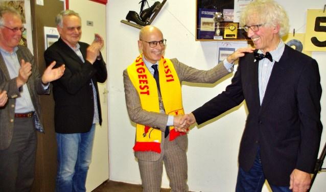 Burgemeester Jaensch kreeg de eerste jubileumsjaal omgehangen, en Henk Heemskerk ontving voor al zijn inzet een echte Oegstgeester vlinderdas. | Foto Willemien Timmers
