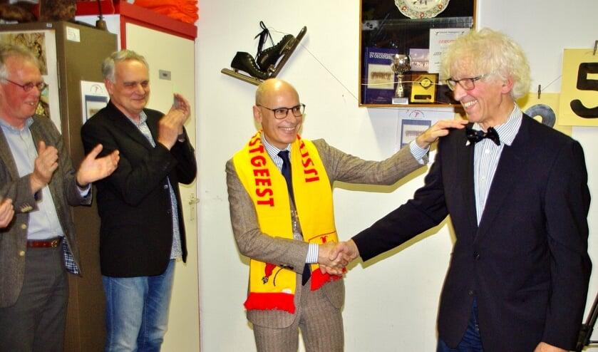 Burgemeester Jaensch kreeg de eerste jubileumsjaal omgehangen, en Henk Heemskerk ontving voor al zijn inzet een echte Oegstgeester vlinderdas.   Foto Willemien Timmers