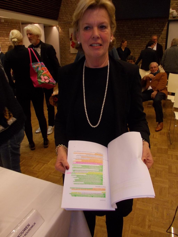 Taetske Visser (Puur) met het ingekleurde coalitieakkoord (foto en tekst: Piet de Boer).