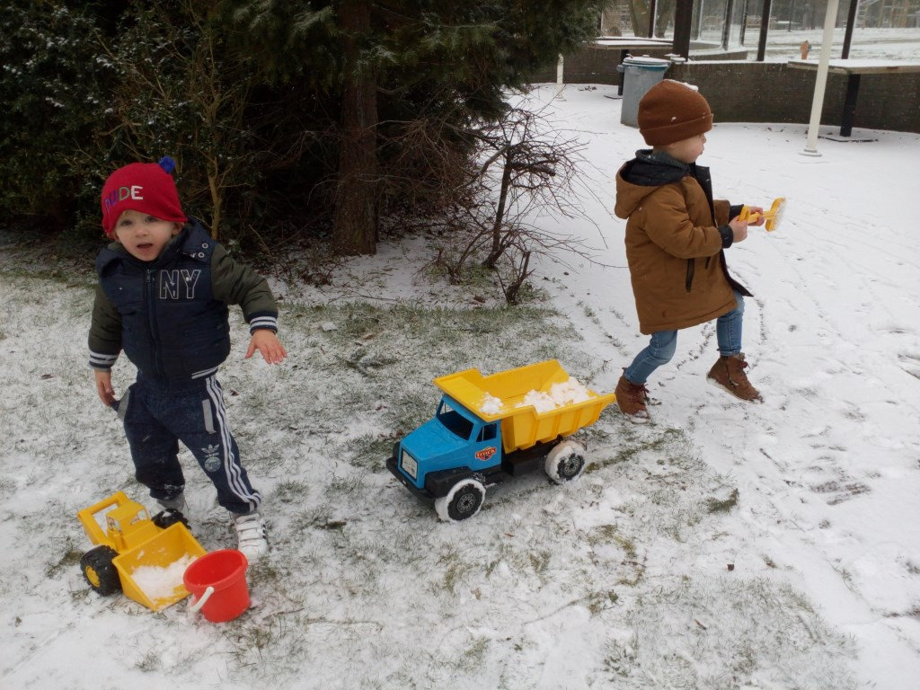 De peuters van 't Zonnehoekje hebben ook plezier in de versgevallen sneeuw.   © uitgeverij Verhagen