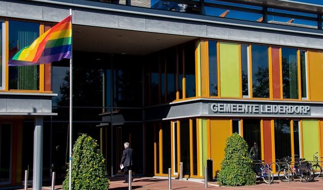 Ook op Coming Out Day, 11 oktober, wapperde de regenboogvlag bij het Leiderdorpse gemeentehuis.