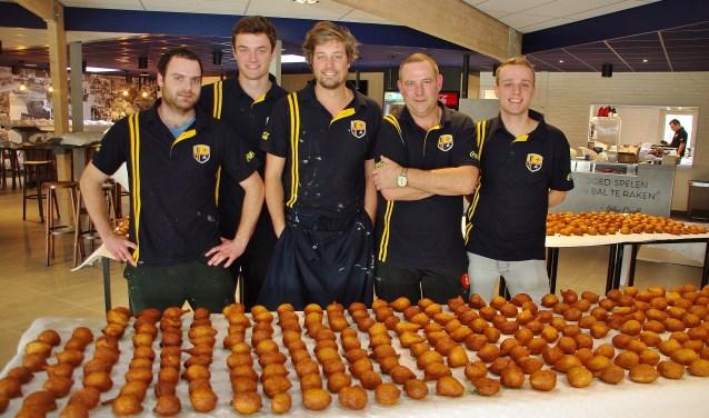 Het bakteam: Jeroen de Bruyn, Rick van der Kaay, Martijn van Dijk, Dennis de Jong en Cas Bolink. | Foto Willemien Timmers
