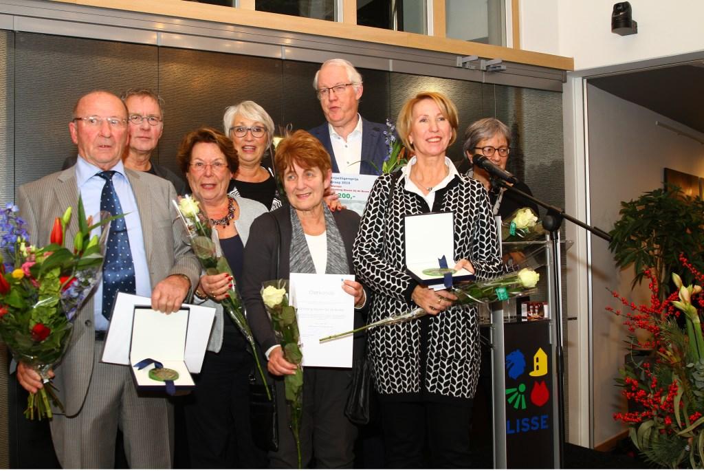 De winnaars van de vrijwilligersprijzen van de gemeente Lisse bij elkaar: Simon van Dijk (links) en Stichting Gluren bij de Buren. Foto: A.in 't Veld © uitgeverij Verhagen