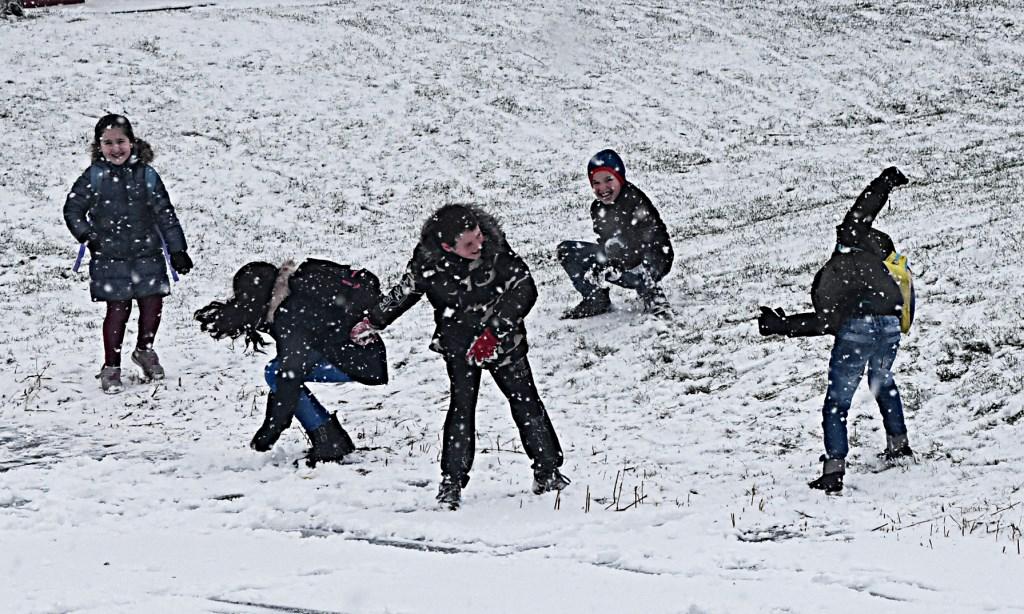 Sneeuwpret in Valkenburg. | Foto: Piet van Kampen  © uitgeverij Verhagen