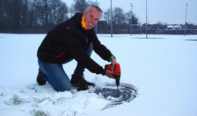 Rob Heemskerk meet de dikte van het ijs. | Foto Willemien Timmers
