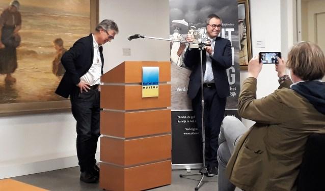 Buijtendorp overhandigt het eerste exemplaar aan oud-burgemeester Wienen.