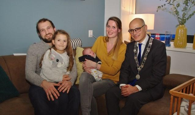 Mees Willem Schouten met zijn ouders, zijn zusje Emma en burgemeester Jaensch. | Foto Willemien Timmers