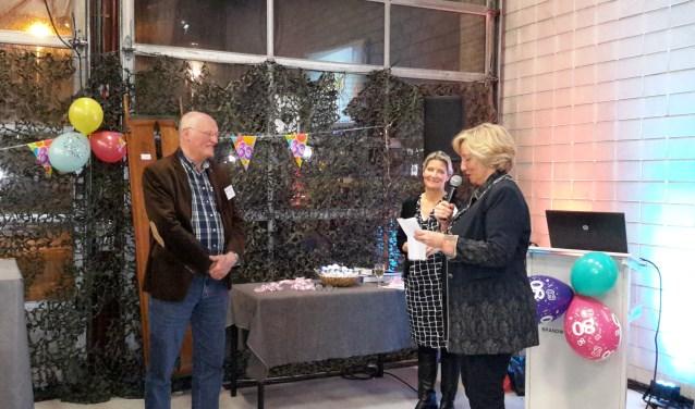 v.l.n.r. John van der Holst, EHBO-voorzitter Divera Kapteijn, en burgemeester Laila Driessen.   Foto: Miep Vroonhof