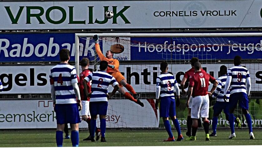 Doelman Jeffrey Verkerk verricht een fraaie save. | Foto: Piet van Kampen