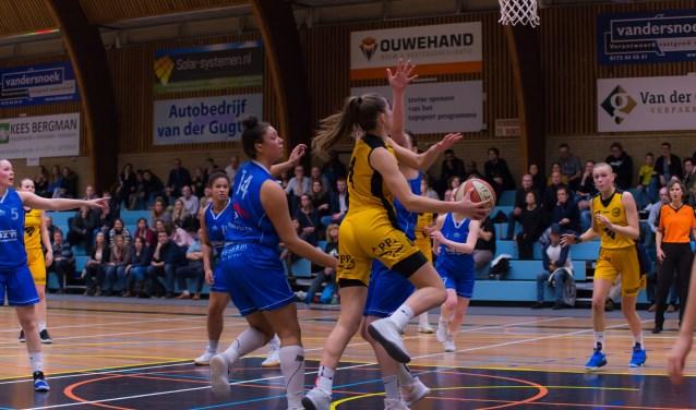 Noor Driessen passt de bal naar de inkomende Marieke van Schie. | Foto: Geert Bekker