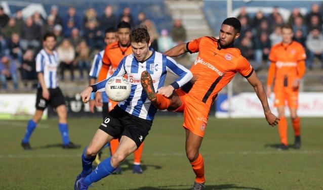 Dennis Kaars in duel met Guytano dos Santos van SteDoCo. | Foto: OrangePictures