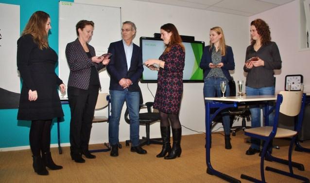 Leo Kanner-directeur Douwe Splinter te midden van de dames van de BinnensteBuitenTuin. | Foto's Willemien Timmers