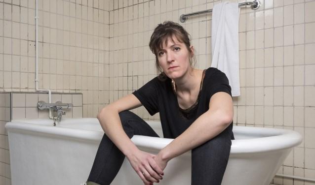 Janneke Bijl beschouwt haar leven zoal het is: onzinnig en ingewikkeld. | Foto: Bas Losekoot