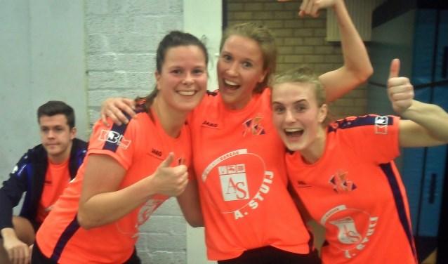 Matchwinner Melissa Heijne (l) viert feestje met teamgenotes Ilse Hazekamp en Michelle Rozenbroek. | Foto Wim van Tuijl