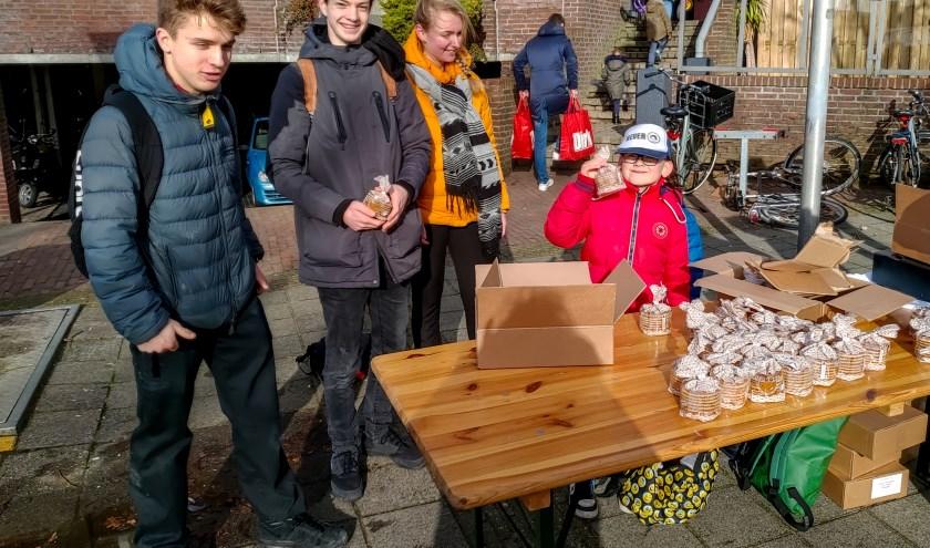Stroopwafels verkopen voor het goede doel. | Foto: J.P. Kranenburg