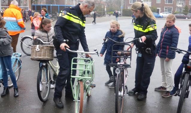 Bij de verkeersexamens worden ook de fietsen gecontroleerd. | Foto: VVN Katwijk