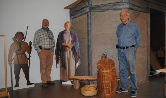 Museumbestuursleden Bob Reidsma (r) en Jos Gerrese (l) voor het Merovingische huis | Foto: Nelleke Thissen