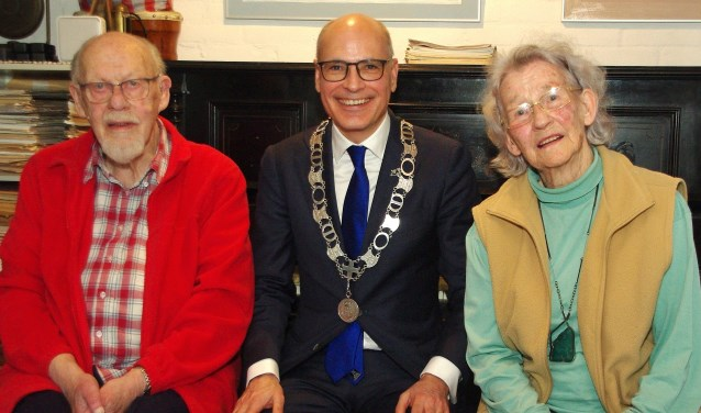 Hans en Ank Duyvendak werden gefeliciteerd door burgemeester Emile Jaensch.