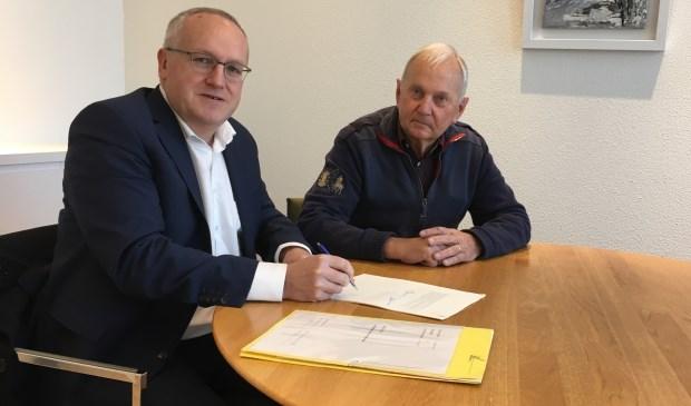 Twee van de initiatiefnemers, Pieter Wassenaar en Jos Gouverneur, ondertekenen de oprichtingsakte. | Foto: pr.